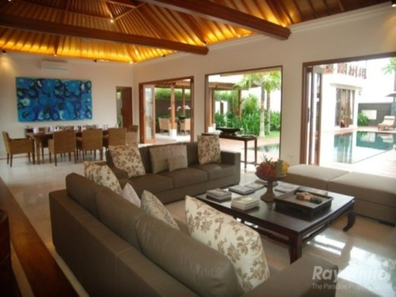 Luxurious 4 Bedroom Freehold Real Estate Just Foot Steps Away From Beach For Sale