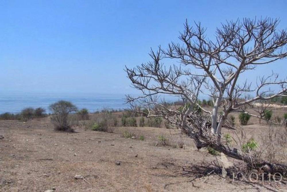 Besar tebing depan tanah di Kutuh