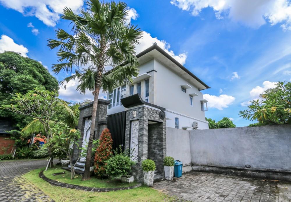 Villa de trois chambres à coucher confortable idéal pour vivre à vendre à Kerobokan