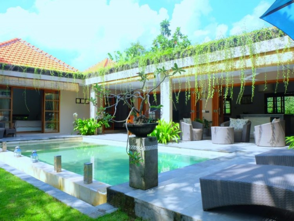 beautiful three bedroom villa in beach side area of batu bolong canggu ( available on december2018 )