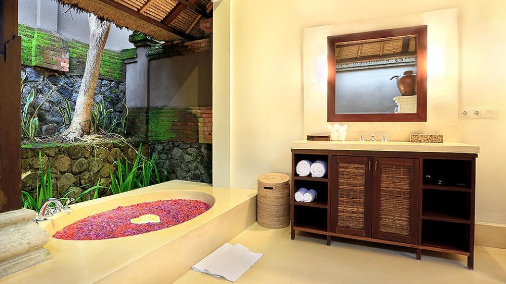 beautiful big garden foyr bedroom villa in pererenan canggu