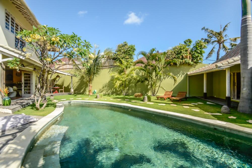 Villa tiga kamar tidur modern yang indah untuk dijual di Seminyak