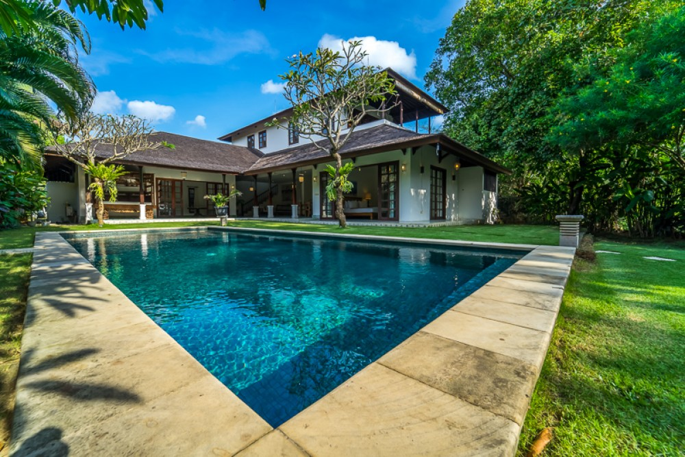 beautiful big garden villa in padang linjong canggu ( min 2 years rental )