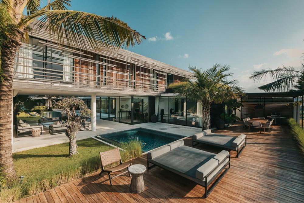 Villa Mewah dengan Tanah Luas Dijual di Berawa