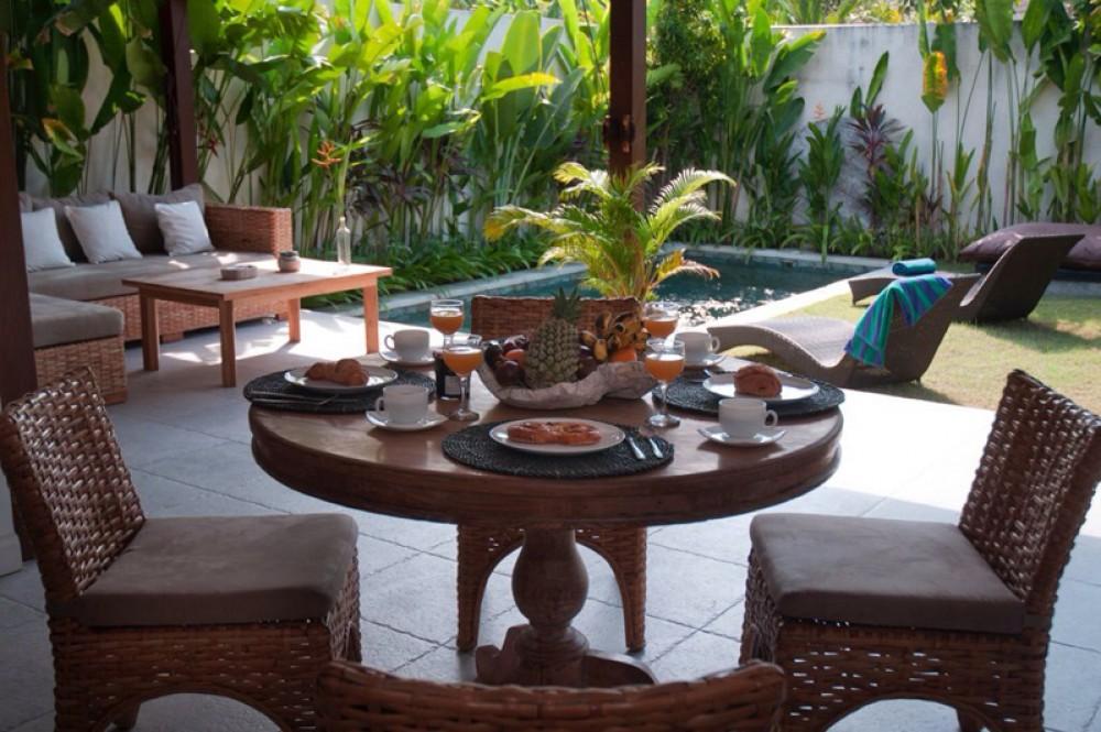 Villa Dua Kamar Tidur yang menawan untuk Dijual di Lokasi Utama Seminyak