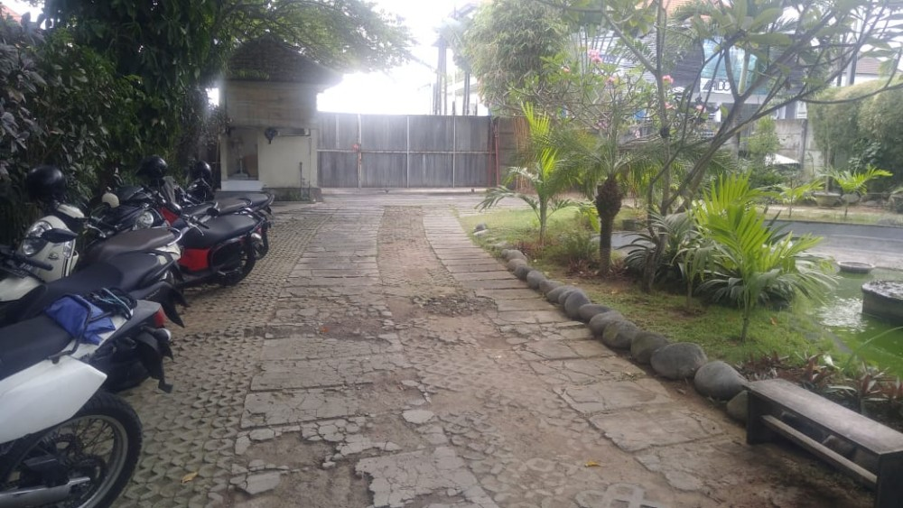 Great location land with building included