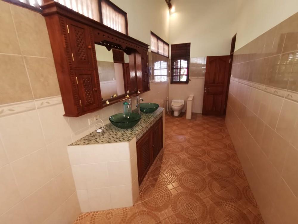 Villa Pemandangan Laut Fantastis dengan Tanah Luas Dijual di Lovina