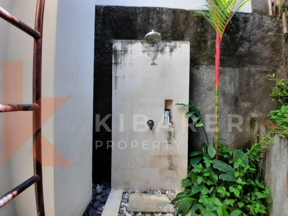 Cozy three bedroom villa close living room in batu bolong
