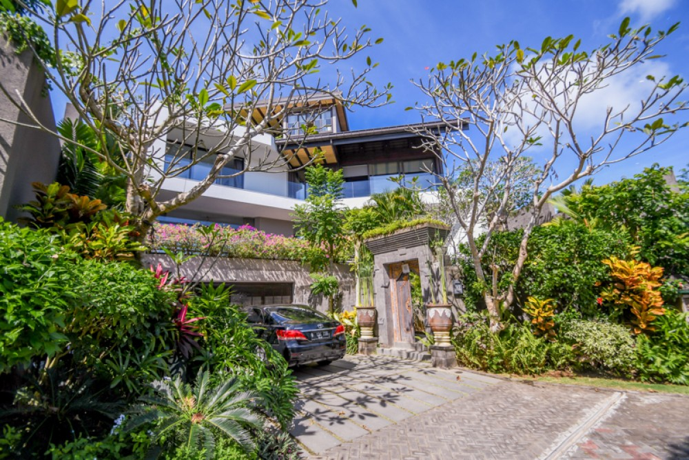 Luxurious Three Bedrooms Villa with Ocean Views for Sale in Pecatu
