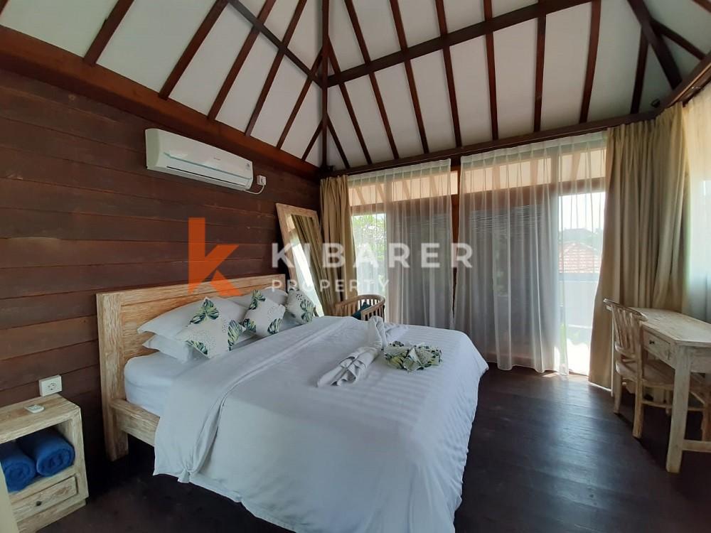 Vila Kayu Jati Empat Kamar Tidur terletak di Kerobokan