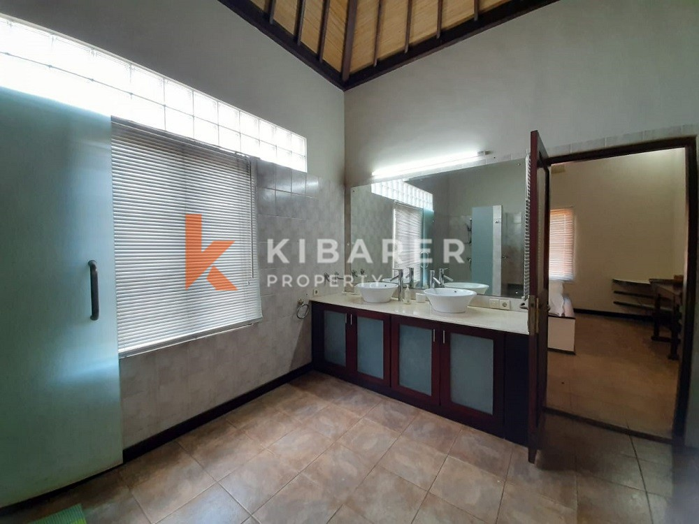 Villa dengan Tiga Kamar Tidur nyaman untuk tinggal di Kerobokan