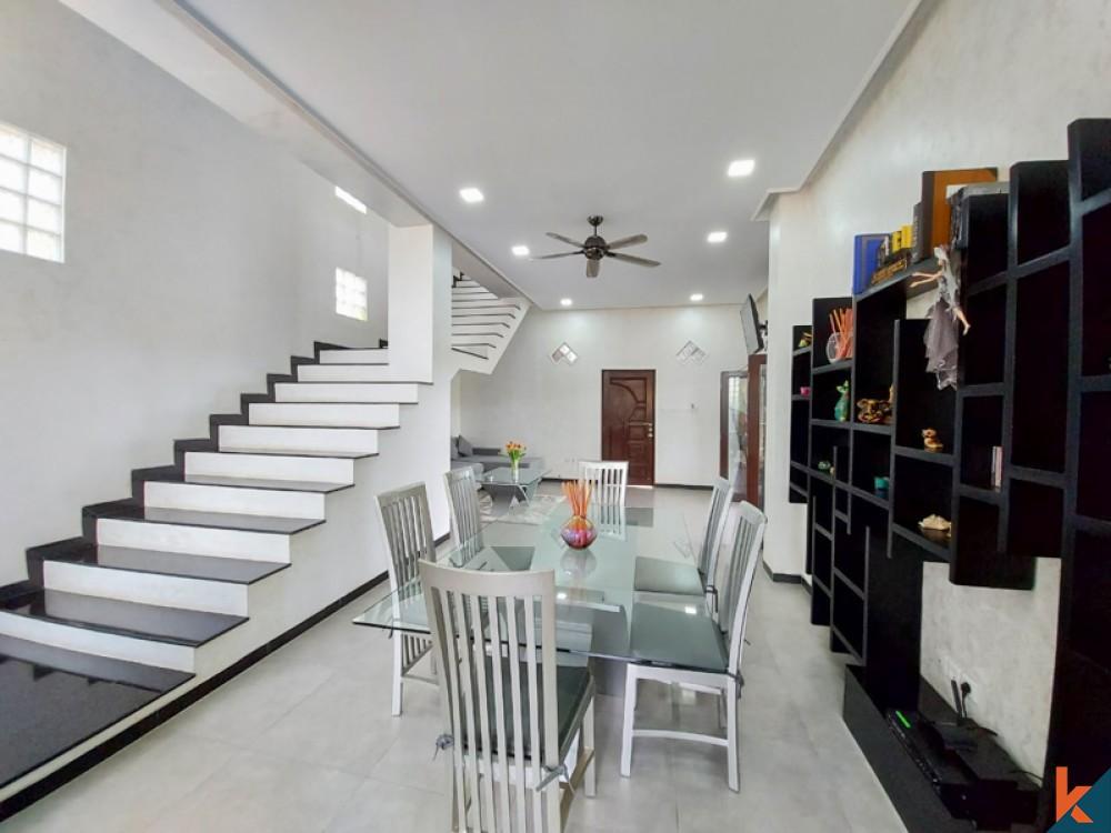 Vila Hak Milik Dua Tingkat Terbaik untuk Dijual di Jimbaran