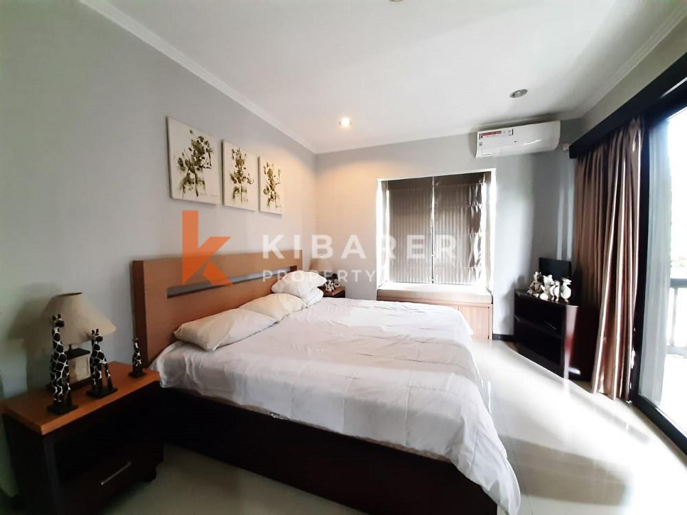 villa dengan tiga kamar tidur yang indah untuk tinggal di Lokasi Strategis Umalas Kerobokan
