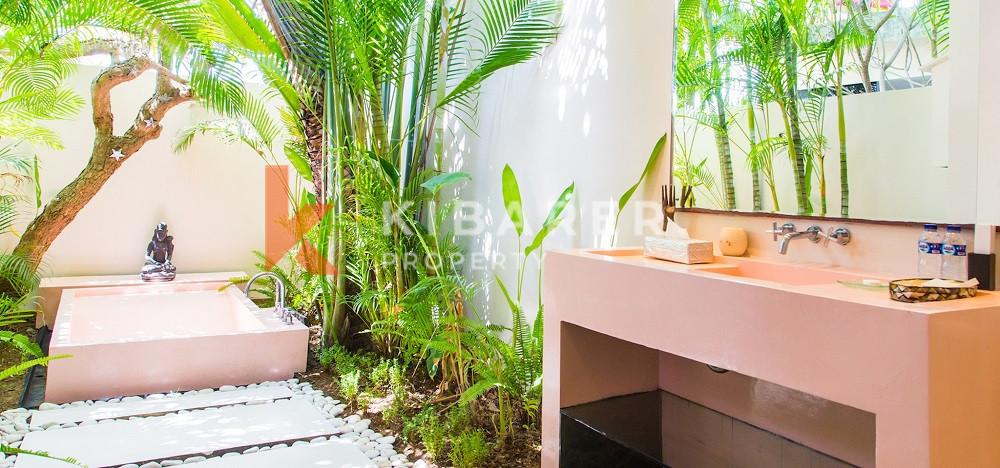 Vila Lima Kamar Tidur yang Menakjubkan dengan aksen pink yang chic di Canggu